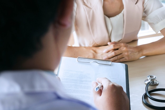 Medico professionista in abito bianco uniforme cappotto colloquio paziente consulente