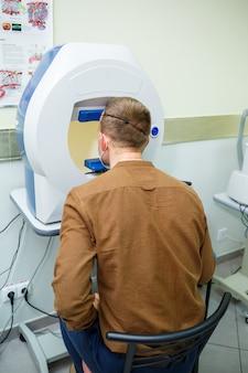 Attrezzature mediche professionali che scansionano gli occhi del paziente. il dispositivo di una moderna clinica sanitaria.