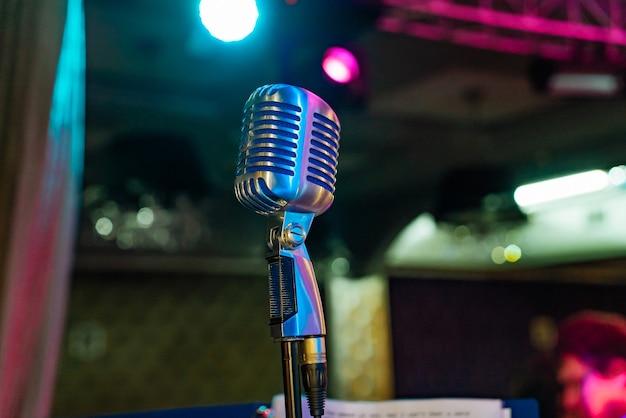Al centro del palco c'è un microfono professionale sintonizzato per l'artista