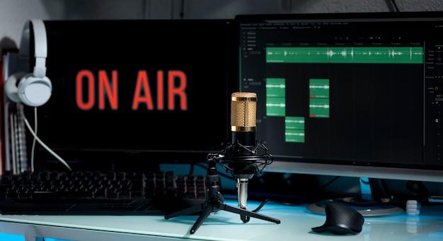 Microfono professionale sul tavolo di lavoro per trasmissioni podcast o discorsi radiofonici