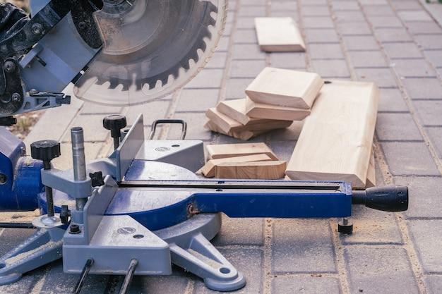 Troncatrice professionale su lastre per pavimentazione con assi di rivestimento per il rivestimento della casa, la costruzione e il concetto di riparazione