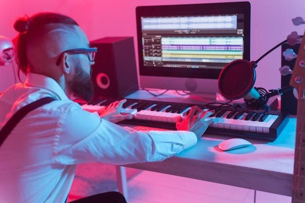 Sintetizzatore di registrazione musicista professionista in studio digitale a casa, tecnologia di produzione musicale
