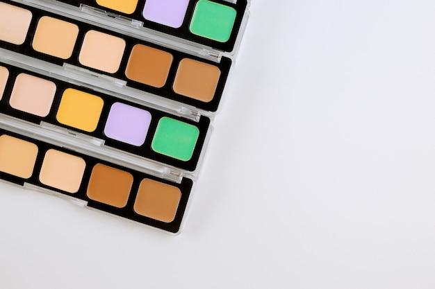 Pallet professionale di ombretto multicolore luminoso compongono su sfondo bianco isolato Foto Premium