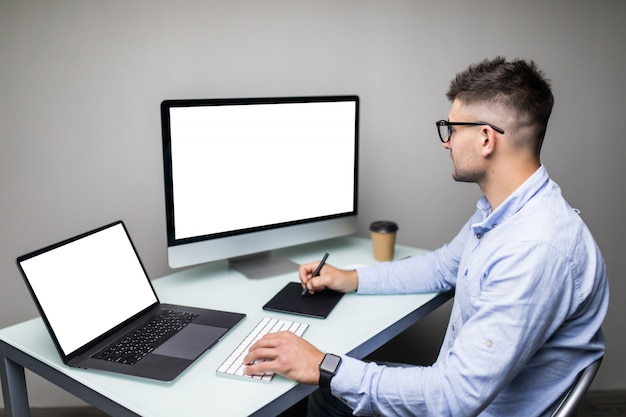 Il fotografo professionista lavora nel software di app di fotoritocco sul suo personal computer. editor di foto che ritocca le foto di una bella ragazza.