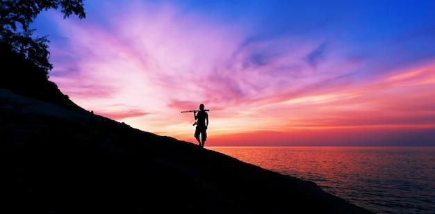 Fotografia professionale sulle pietre al tramonto