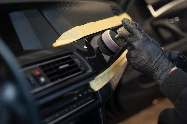 Lucidatura professionale dei rivestimenti interni dell'auto.