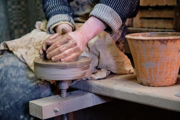 Vasaio professionista che fa ciotola nel laboratorio di ceramica, studio.