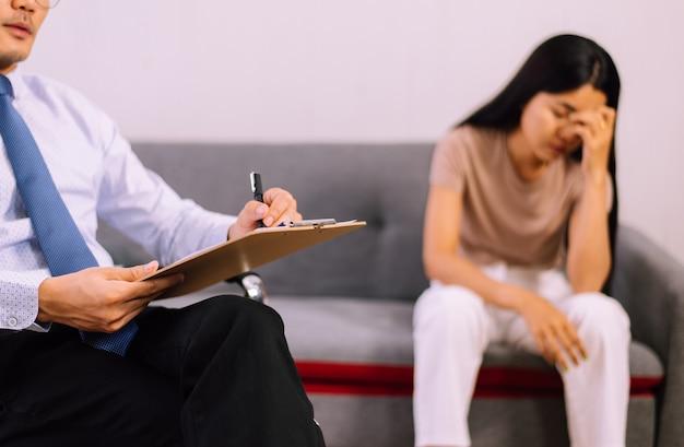 Consultazione uomo psicologo professionista a paziente donnagiornata mondiale della salute mentale