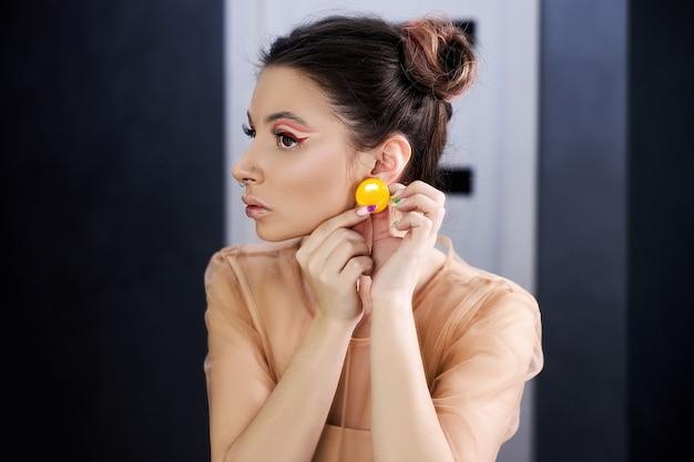 Trucco occhi rossi professionale, cosmetici naturali per il viso. bella donna con lunghe ciglia e sopracciglia pulite
