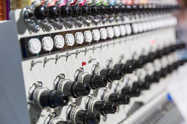 Primo piano professionale della macchina da cucire, nessuno. tessuto tessile. produzione in fabbrica, produzione di cucito, tecnologia del ricamo