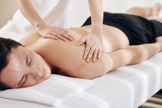 Massaggio professionale alle spalle