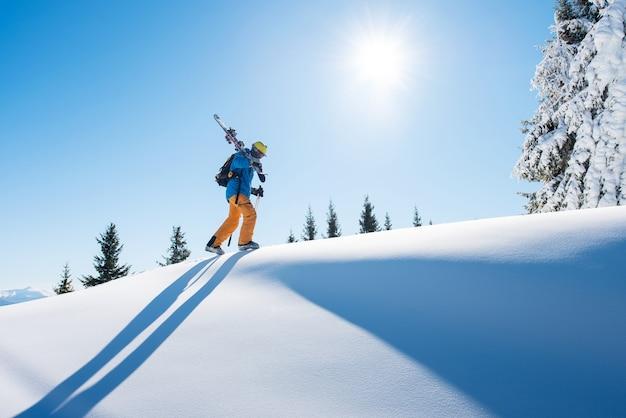 Sciatore professionista in piedi su una montagna
