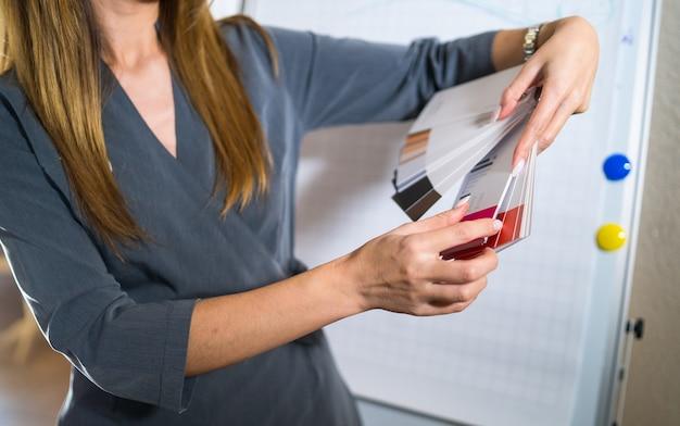 Professionale. formazione specialistica o interna che fornisce tatuaggi permanenti su labbra finte. materiale didattico in gomma.