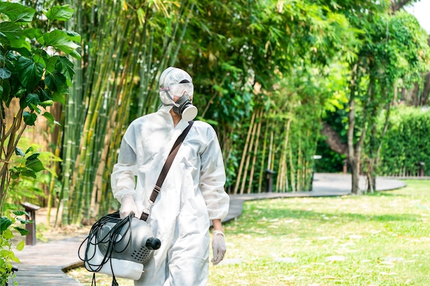 Specialista professionista che cammina e osserva nel giardino esterno