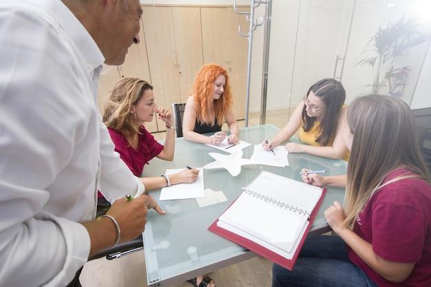 Un team di professionisti è al lavoro in ufficio riunioni multidisciplinari