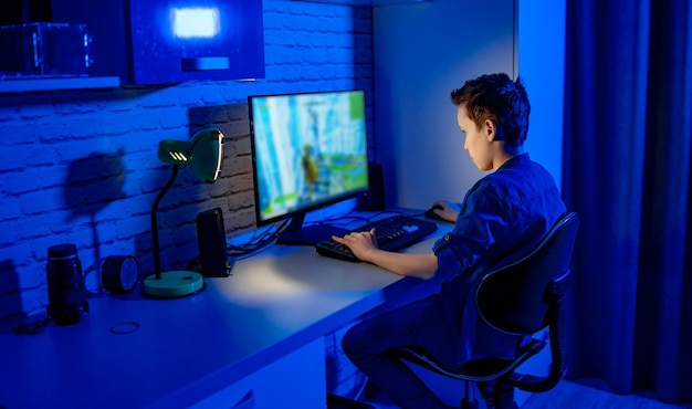 Ragazzo giocatore professionista adolescente. il ragazzo gioca ai videogiochi. dipendente dai videogiochi a casa.