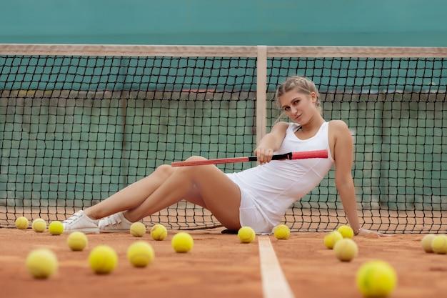 Donna del giocatore di tennis professionista con la racchetta