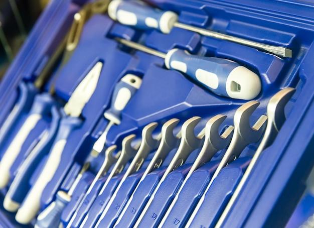 Cassetta degli attrezzi professionale per officina e riparazione auto. primo piano degli strumenti di servizio