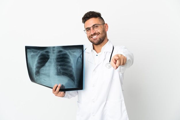 Traumatologo professionista isolato su sfondo bianco rivolto verso la parte anteriore con espressione felice