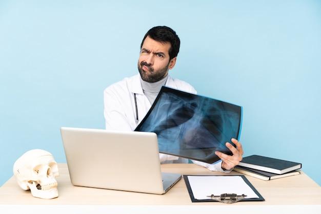 Traumatologo professionista sul posto di lavoro che si sente sconvolto