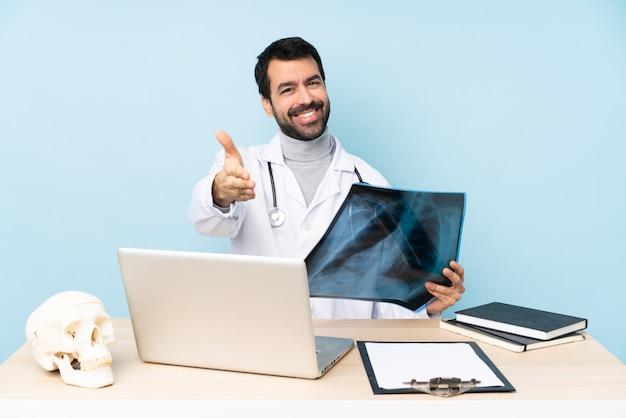 Traumatologo professionista sul posto di lavoro si stringono la mano per chiudere molto