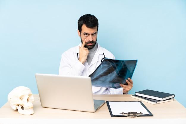 Traumatologo professionista sul posto di lavoro che mostra qualcosa
