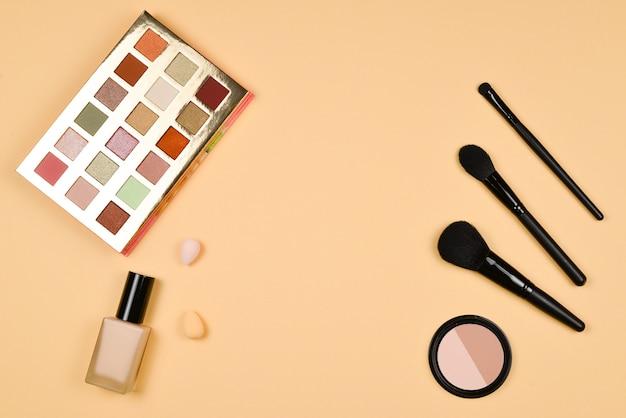 Prodotti per il trucco professionale alla moda con prodotti cosmetici di bellezza, fondotinta, rossetto, ombretti, ciglia, pennelli e strumenti