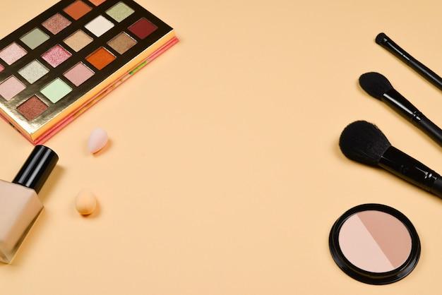 Prodotti per il trucco alla moda professionali con prodotti di bellezza cosmetici, fondotinta, rossetto