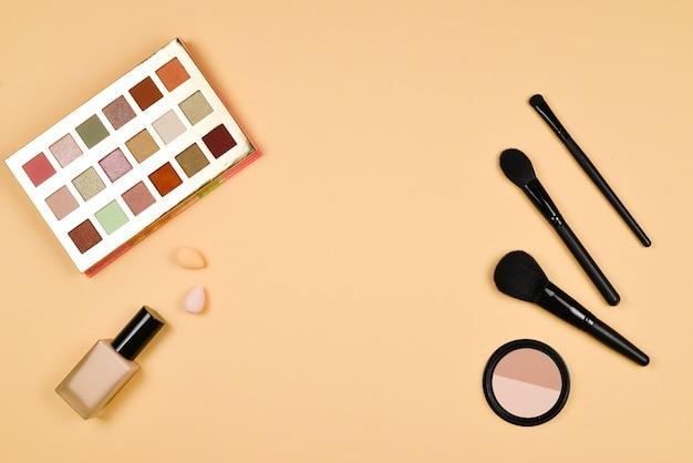 Prodotti di trucco alla moda professionali con prodotti di bellezza cosmetici, fondotinta.