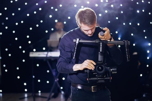 Videografo professionista a un matrimonio con tecnologia moderna