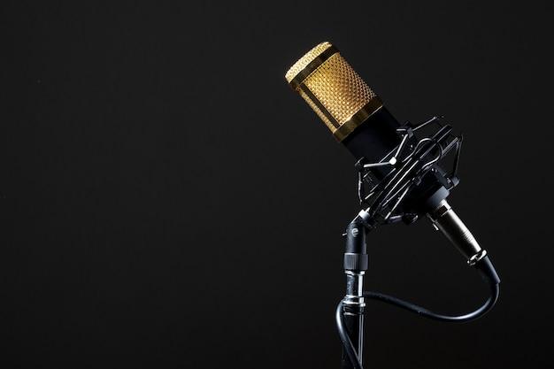 Microfono professionale da tavolo cablato montato sulla sua base con sfondo nero