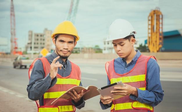 Ingegnere operaio professionista che lavora con la tecnologia tablet in cantiere