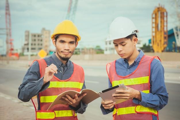 Ingegnere lavoratore professionista che lavora con tecnologia tablet su architetto di costruzione del sito