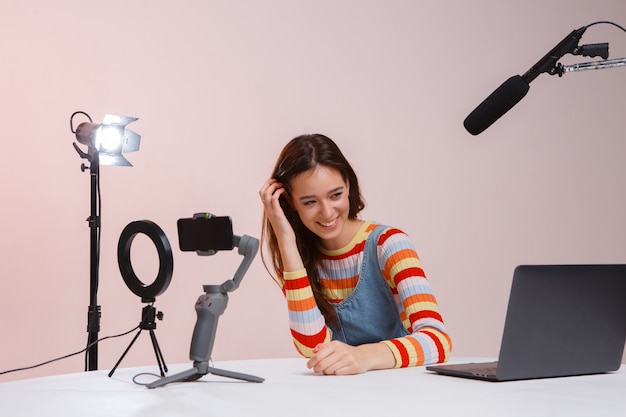 Streamer professionale giovane e bella donna. trasmissione in diretta. stream.