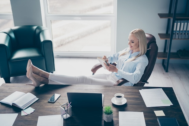 Profilo donna d'affari attraente leggere il rapporto aziendale