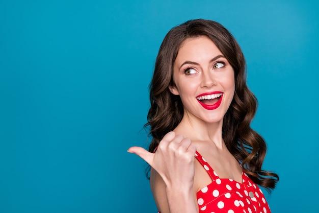 Profilo attraente donna divertente rossetto brillante sorriso pollice diretto spazio vuoto