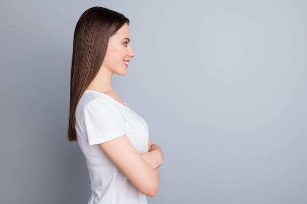 Profilo donna attraente braccia incrociate posa prepotente