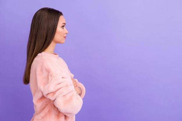 Foto del profilo di attraente donna d'affari braccia incrociate isolato sfondo viola