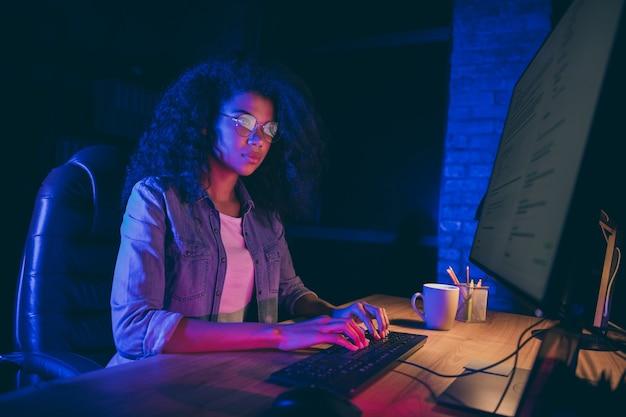 La foto del profilo della donna d'affari guarda il monitor dello schermo lavoro straordinario