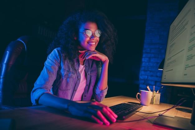 Foto del profilo della signora programmatrice guarda il sorriso del monitor