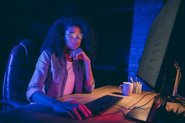 Foto del profilo del monitor dello schermo di sguardo signora programmatore maniaco del lavoro