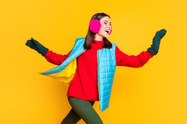 Profilo foto laterale positivo allegro eccitato ragazza guarda copyspace incredibile autunno affare corri veloce fretta tenere la mano vuoi prendere indossare pantaloni maglione isolato brillante brillante colore sfondo