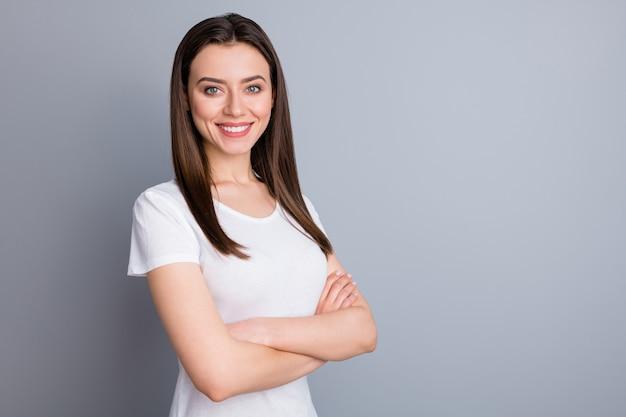 Ritratto di vista laterale del profilo di una ragazza carina e affascinante con le braccia piegate