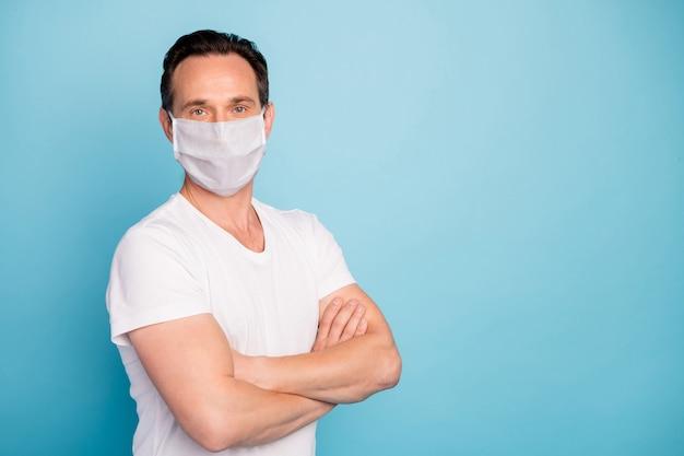 Profilo vista laterale ritratto di un ragazzo che indossa una maschera di sicurezza con le braccia conserte ferma la malattia respiratoria