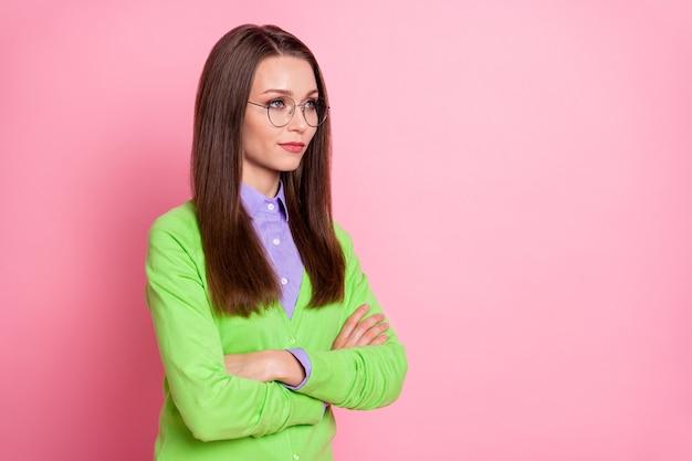 Profilo vista laterale ritratto di un bel contenuto insegnante ragazza dai capelli castani braccia piegate isolate su sfondo rosa color pastello