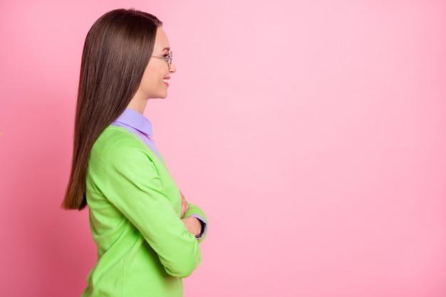 Profilo vista laterale ritratto di bel contenuto allegro allegro ragazza braccia copia spazio vuoto vuoto posto isolato su sfondo rosa color pastello