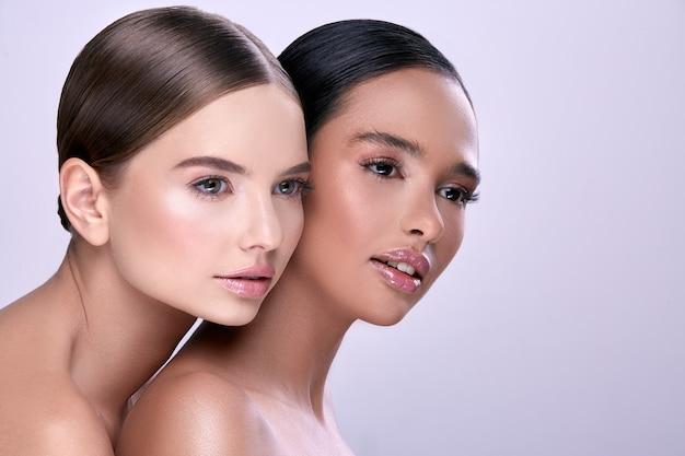 Profilo di due giovani ragazze che guardano lateralmente