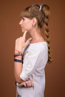 Vista di profilo di bella donna bionda con i capelli intrecciati