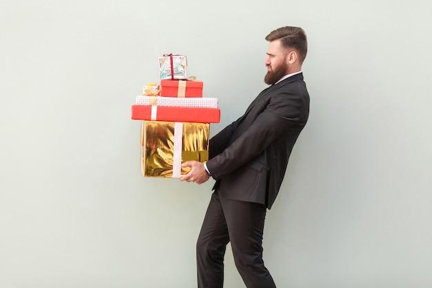 Vista di profilo oh questi regali sono molto pesanti