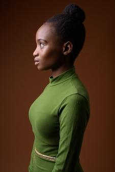 Ritratto di vista di profilo di giovane imprenditrice zulu africana